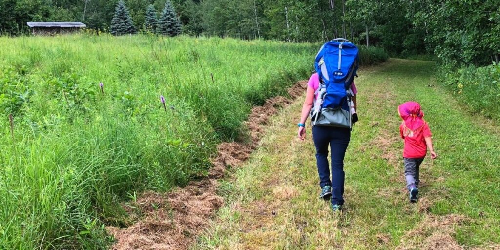 Mom and child hiking with Thule Sapling Child carrier